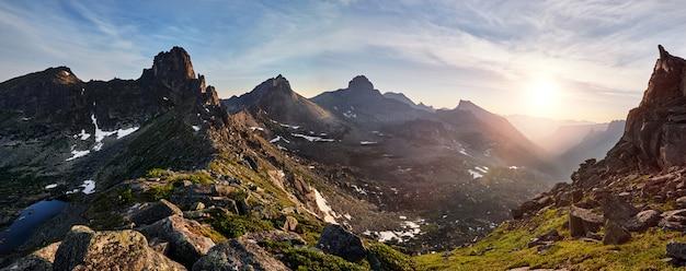 Panoramischer fotofrühlings-gebirgsnaturpark