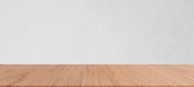 Panoramischer hintergrund der einfachen weißzementwand-beschaffenheit mit brauner täfelungstischplatte