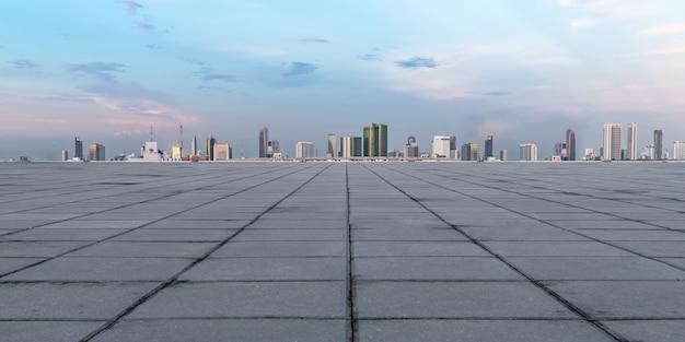 Panoramischer leerer konkreter boden und skyline mit gebäuden