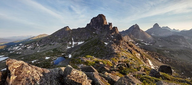 Panoramisches foto des frühlingsgebirgstal-naturparks ergaki