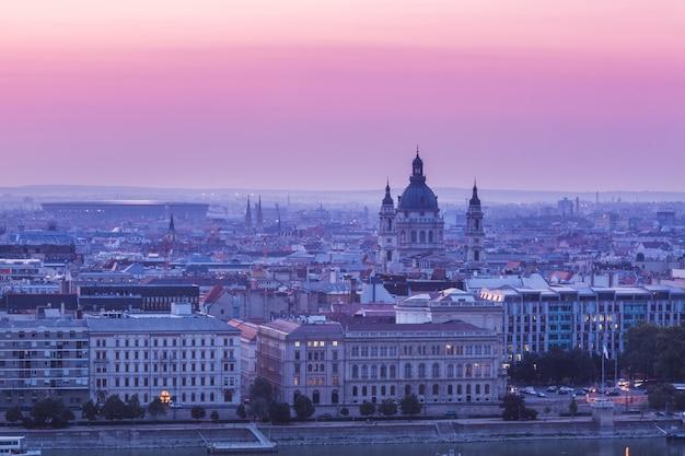 Panoramisches stadtbild des ungarischen parlamentsgebäudes auf der donau