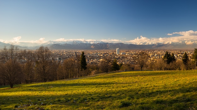 Panoramisches stadtbild turins von oben genanntem bei sonnenuntergang