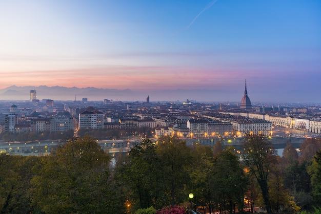 Panoramisches stadtbild von turin bei sonnenuntergang