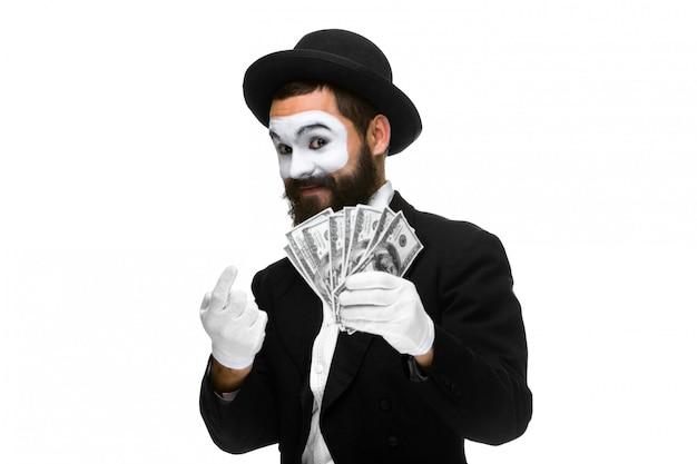 Pantomime als geschäftsmann, der geld anlockt