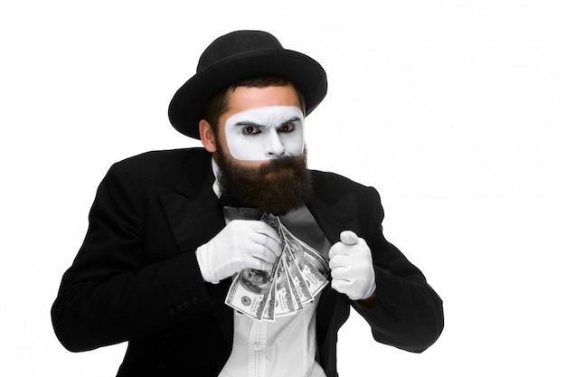 Pantomime als geschäftsmann, der geld in seine tasche einsetzt