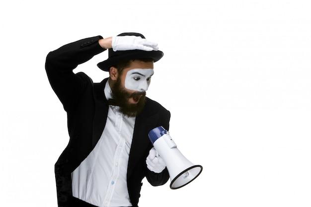 Pantomime als geschäftsmann mit einem megaphon
