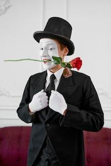 Pantomime, gentleman verliebt in eine rose