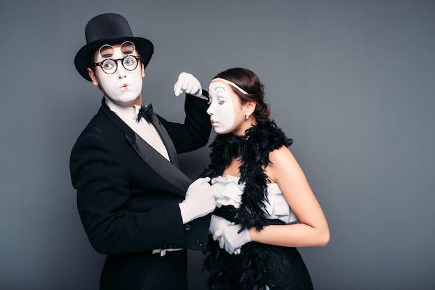 Pantomime künstler mit weißen make-up-masken auf gesichtern.