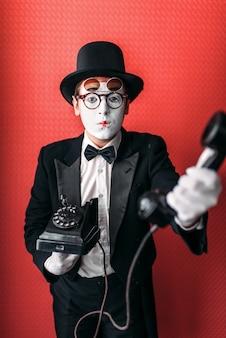 Pantomime theaterschauspieler mit alten telefon durchführen