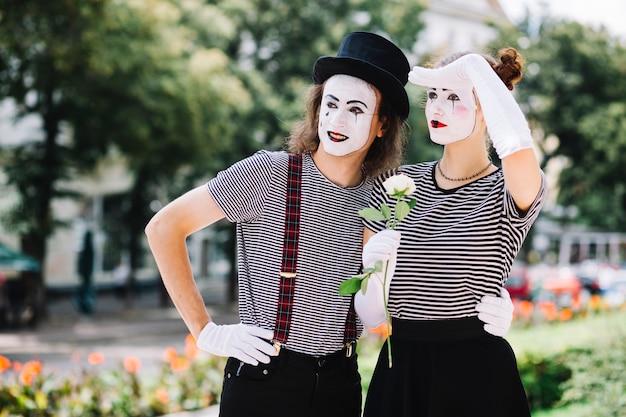Pantomimepaare, die irgendwo im park schauen