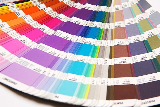 Pantone-farbkarte geöffnet