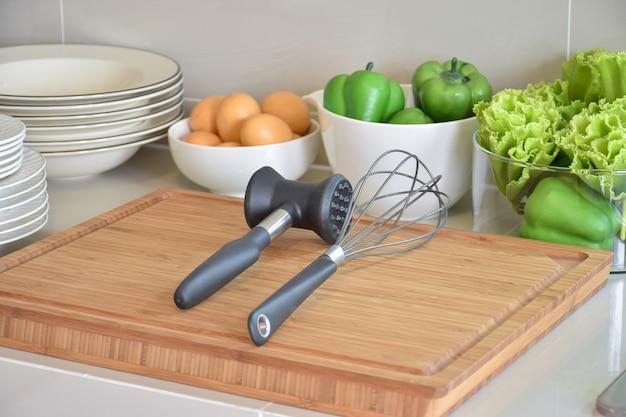 Pantry mit geschirr und besteck in moderner küche