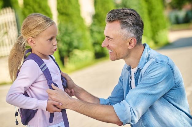 Papa beobachtet und hört seiner kleinen tochter zu