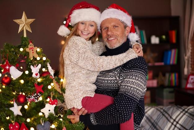 Papa, ich und unser schöner weihnachtsbaum