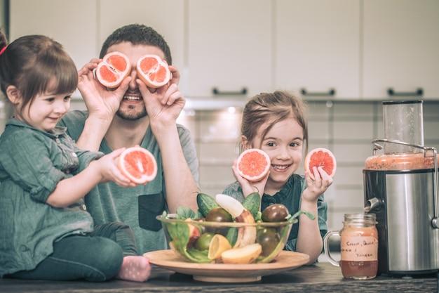 Papa mit kindern in der küche