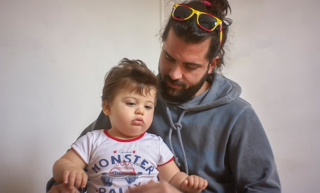 Papa spielt zu hause liebevoll mit seinem baby