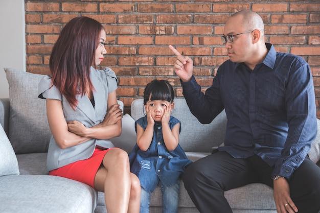 Papa streitet mit seiner frau