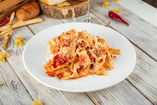 Papardelle pasta kirsche und sonnengetrocknete tomaten
