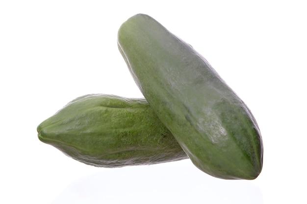 Papaya-frucht lokalisiert auf weißem hintergrund, zutat würziger grüner papayasalat oder somtum berühmtes essen in thailand