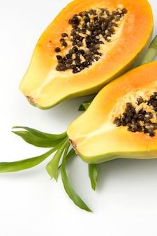 Papaya halb geschnitten