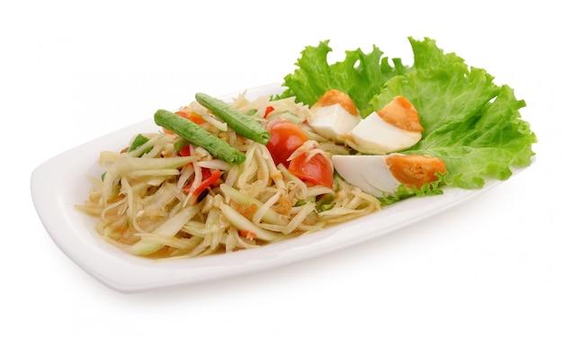 Papaya-salat (som tum thai) auf weiß