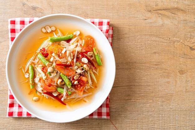 Papaya würziger salat - somtam - thailändischer traditioneller street food-stil
