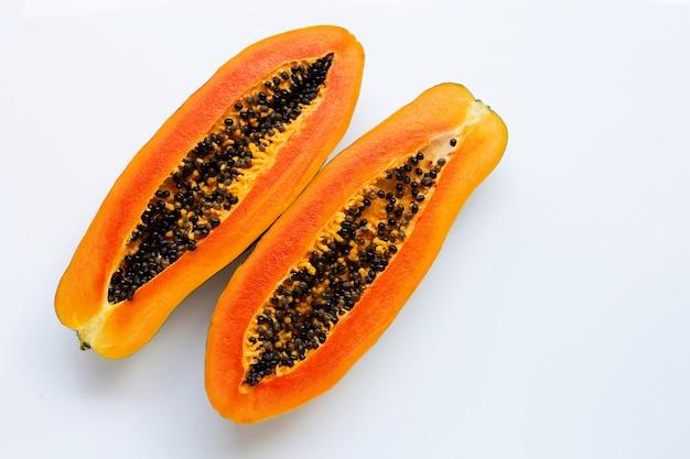 Papayafrucht auf weißem hintergrund.