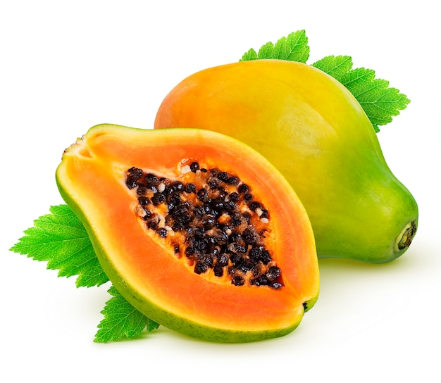 Papayafrucht lokalisiert auf weißem hintergrund mit beschneidungspfad