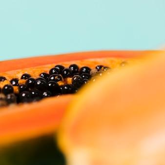 Papayafrucht mit unscharfem glas wasser