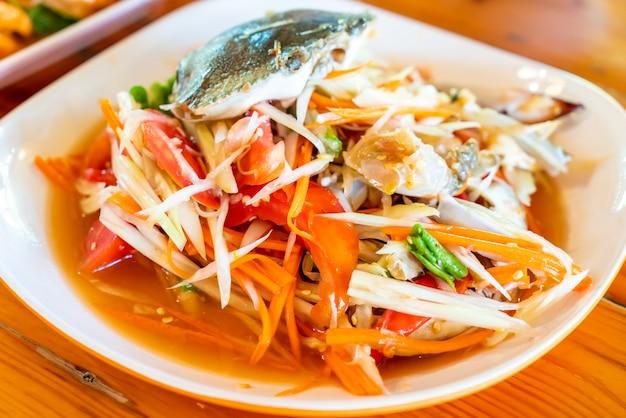 Papayasalat mit blauer krabbe