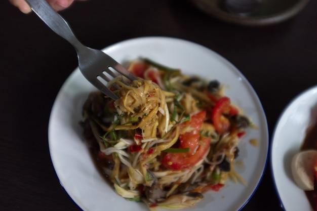 Papayasalat mit garnelen und schweinewurst vietnamesisch