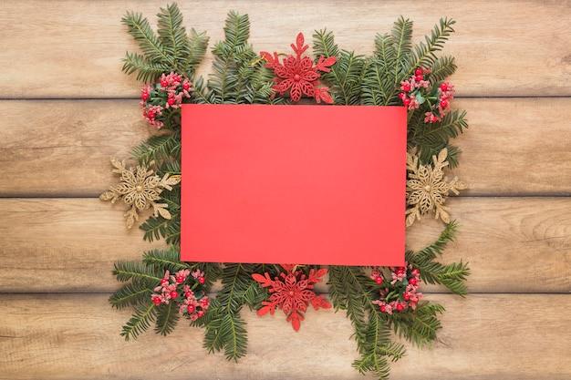 Papier auf dekorativen weihnachtszweigen