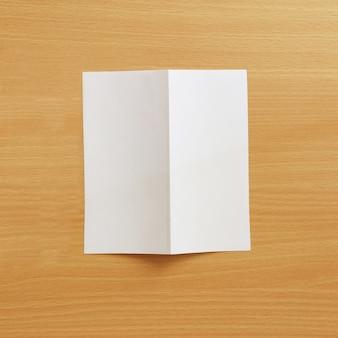 Papier auf holzhintergrund