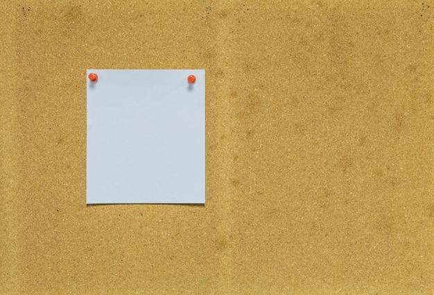 Papier auf korkenbrett für mitteilungshintergrund