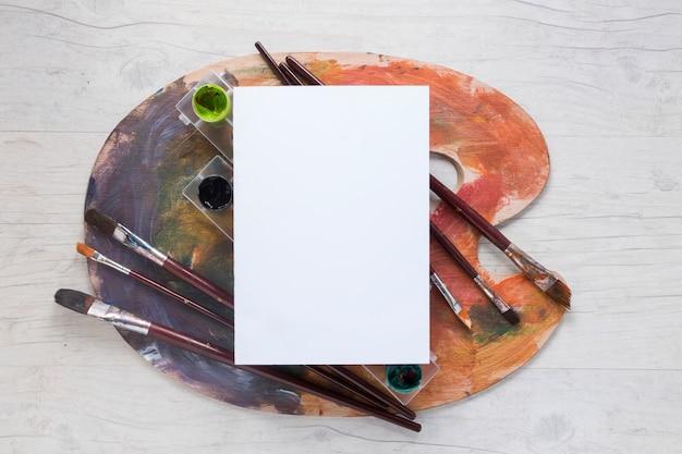 Papier auf palette mit gouache und pinseln