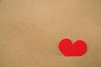 Papier ausgeschnitten rotes Herz in der Pappe stecken