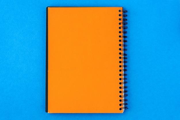 Papier für die aufnahme in der mitte auf blauem grund