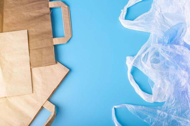 Papier gegen plastiktüten zum verpacken und tragen von produkten. wählen sie zum schutz der umwelt. platz für text
