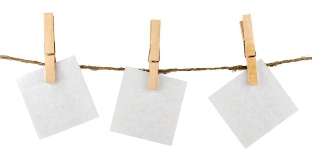 Papier hängt an der wäscheleine mit beschneidungspfad