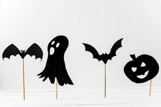 Papier-halloween-dekorationen in schreibtisch gelegt