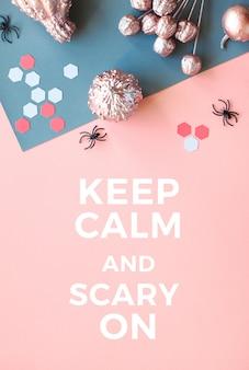 Papier halloween flach lag in rosa und grau gespaltenem papierhintergrund mit rosa gemalten kürbissen, spinnen, sechsecken und dem text