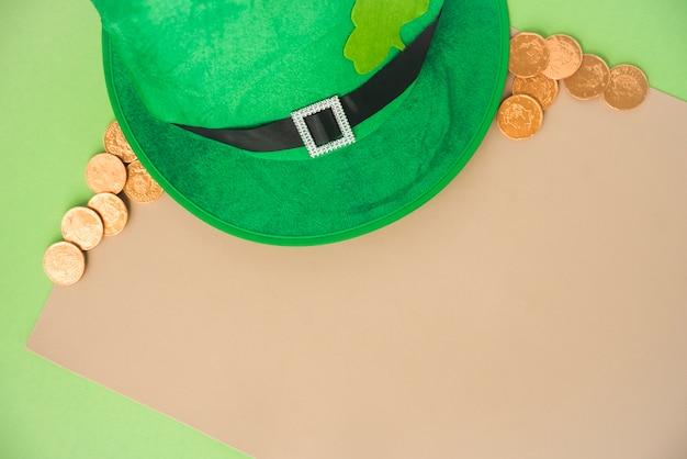 Papier in der nähe von münzen und st. patricks hut