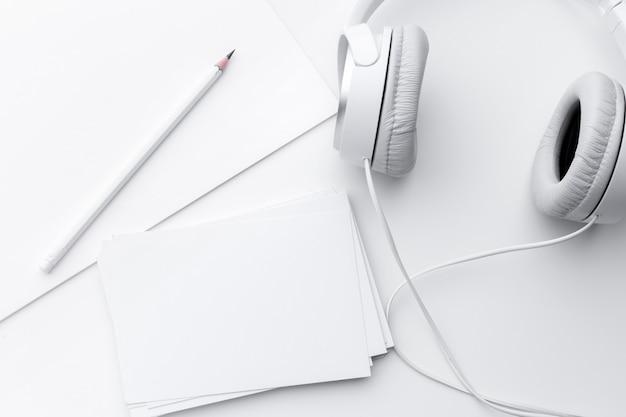 Papier, kopfhörer und bleistift