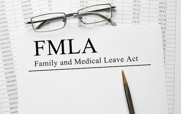 Papier mit family medical leave act fmla auf einem tisch