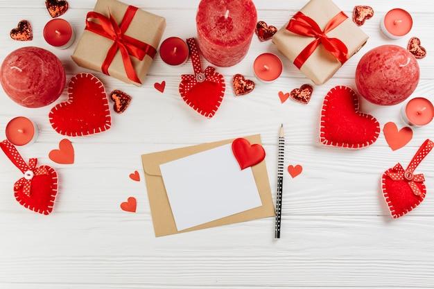 Papier mit geschenkboxen auf dem tisch