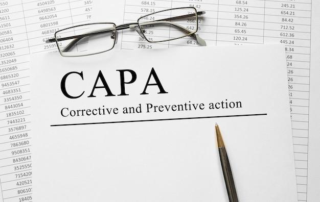Papier mit korrigierenden und vorbeugenden capa-aktionsplänen auf einem tisch