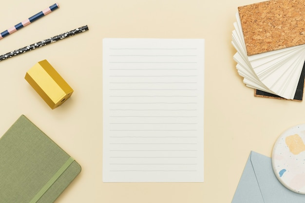 Papier mit pastellfarbenem briefpapier