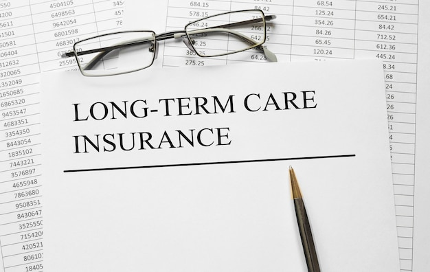 Papier mit pflegeversicherung auf einem tisch