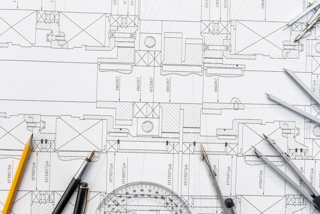 Papier mit technischen zeichnungen und arbeitswerkzeug auf dem tisch