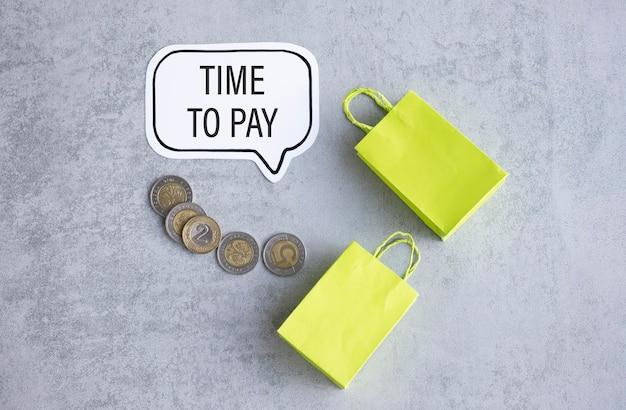 Papier mit text time to pay auf grauem tisch